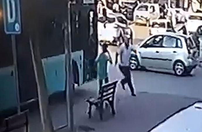 Aracına asılan patenli çocuğu dövmüştü! Şoföre esnaftan dayak