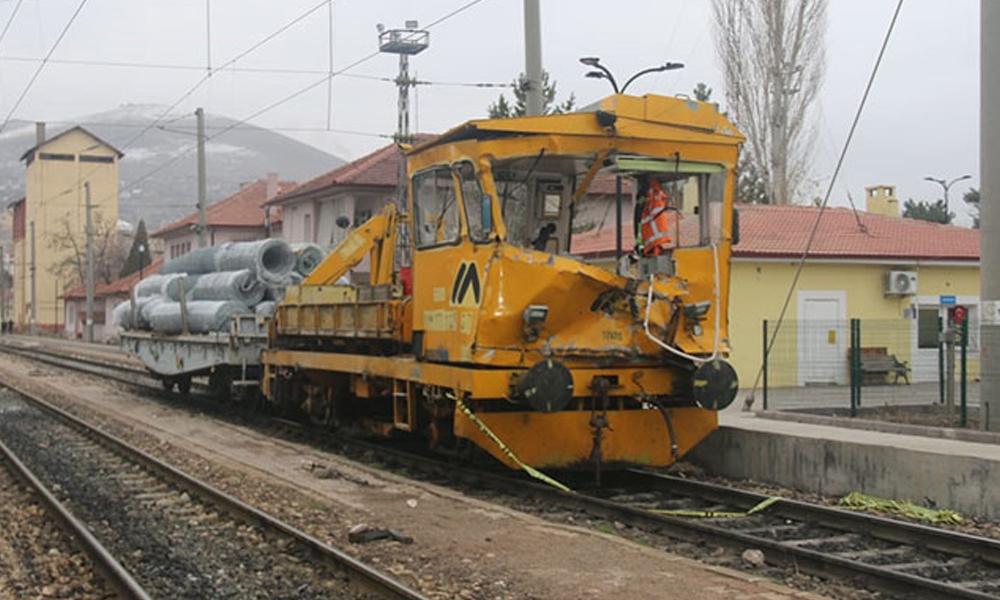 Divriği'de, demiryolunda iş makineleri çarpıştı: 1 ölü, 4 yaralı
