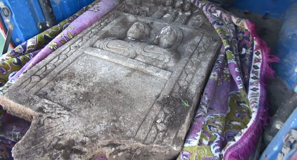 Traktörle tarla sürerken 1800 yıllık tarihi eser buldu