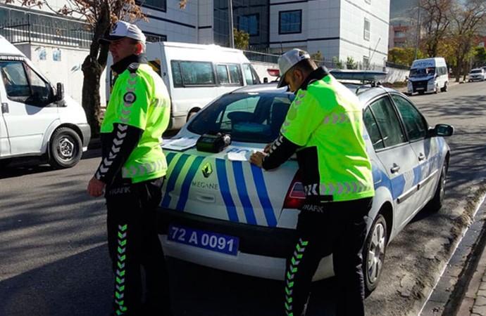 Trafik polisi, eşine 108 TL para cezası yazdı