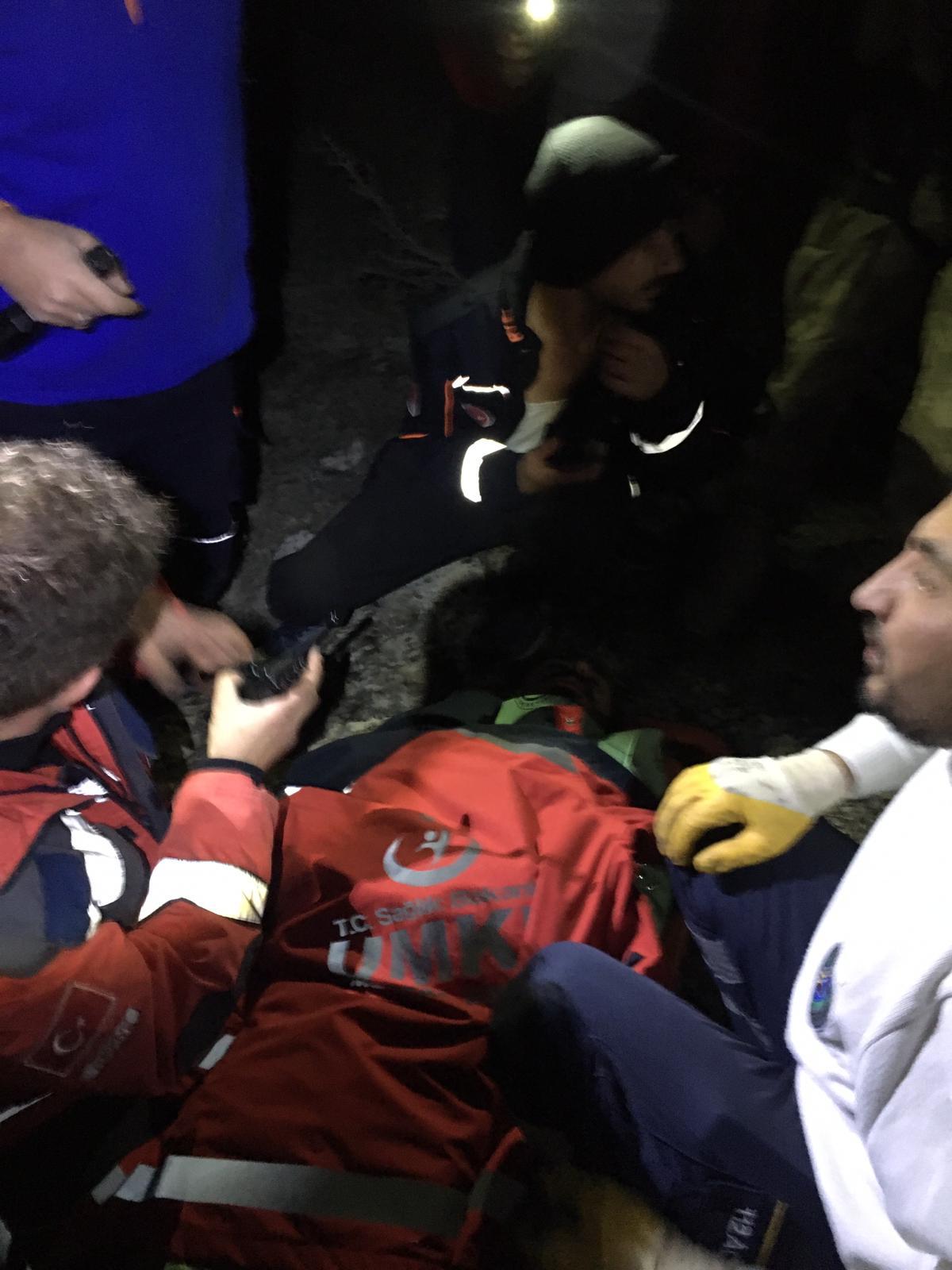 Uçurumdan yuvarlanan bisikletçi, helikopterle kurtarıldı