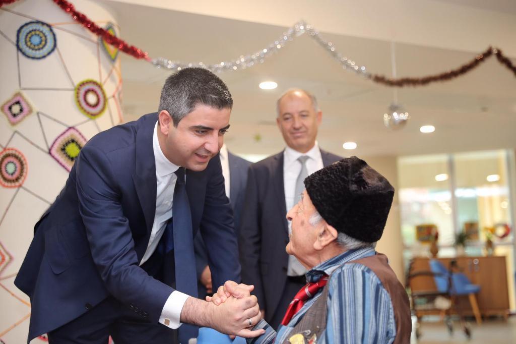 Başkan Gökhan Yüksel yeni yılda çocukları ve yaşlıları unutmadı