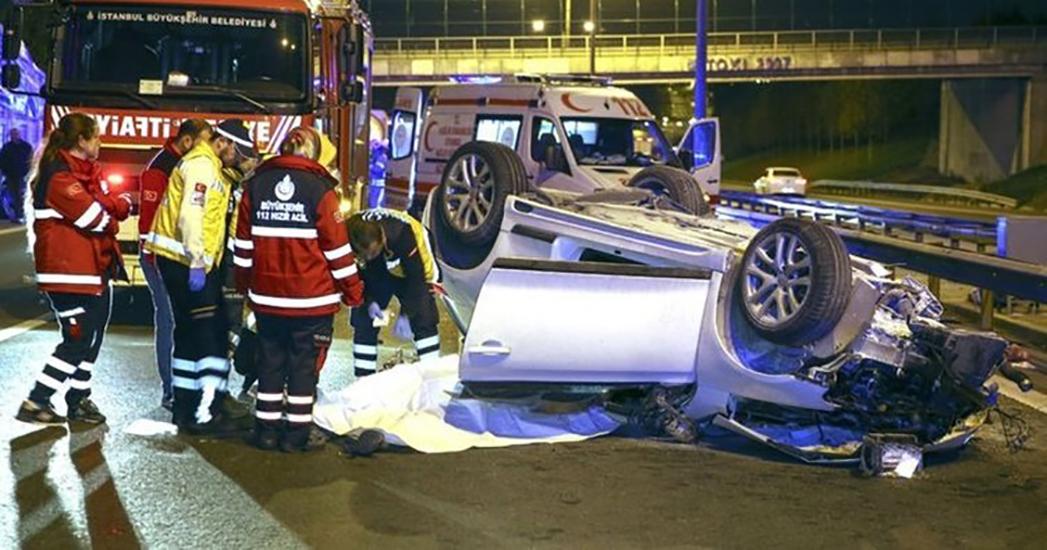 TEM'de feci kaza: Otomobil kamyona çarpıp takla attı: 2 ölü, 1 ağır yaralı