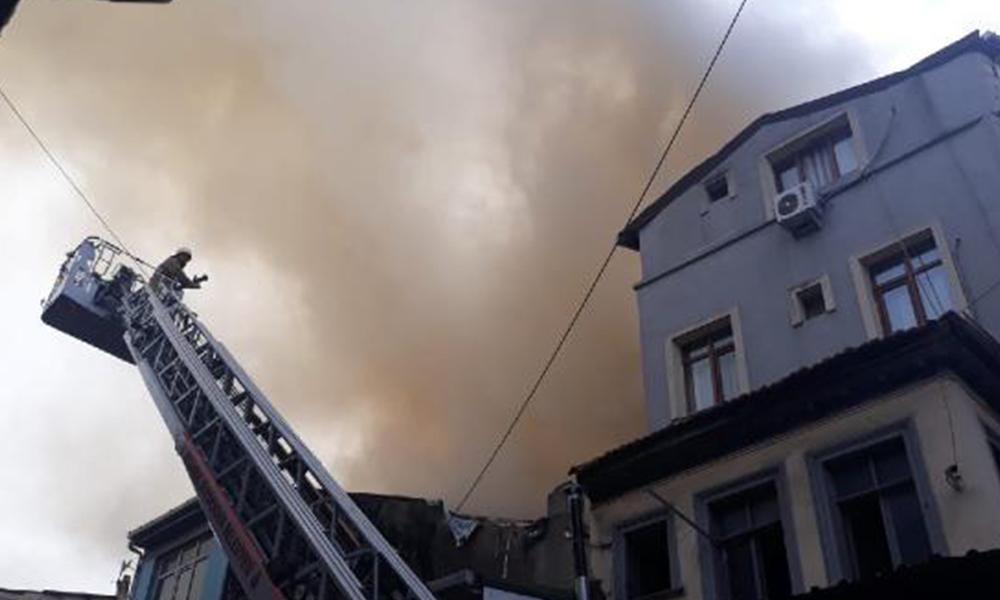 Fatih'te ahşap binada yangın