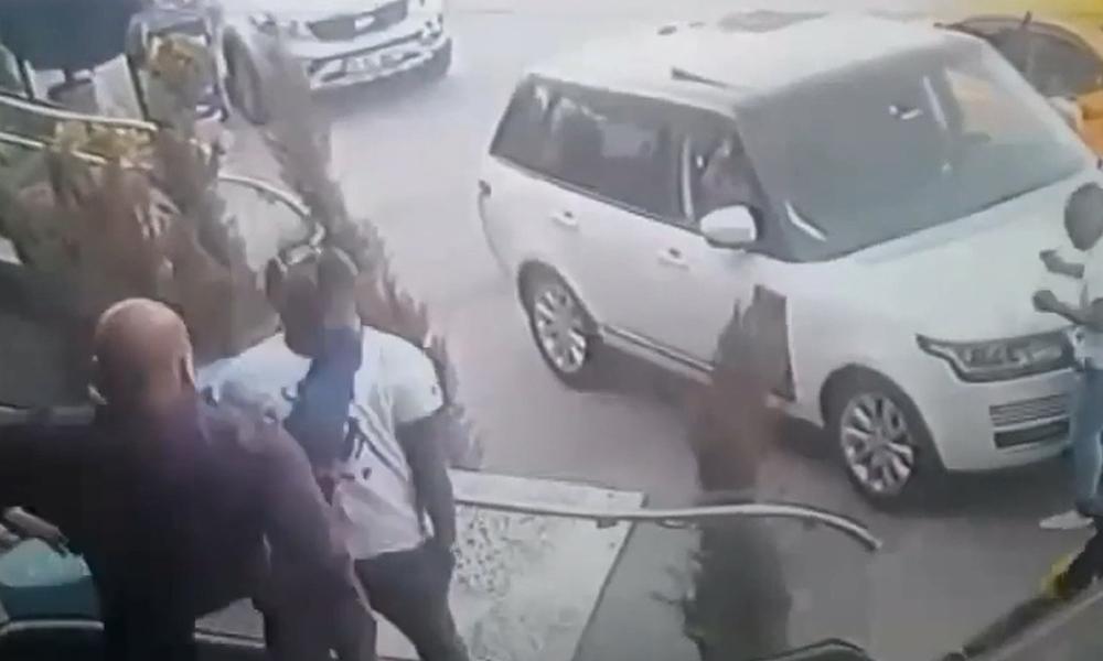 Beylikdüzü'ndeki eğlence mekanında yabancı gruba saldırı kamerada