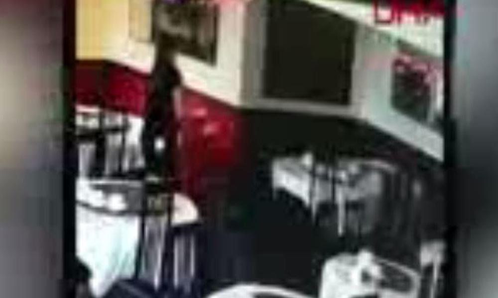 Garsonun sakarlıkları sosyal medyada ilgi gördü