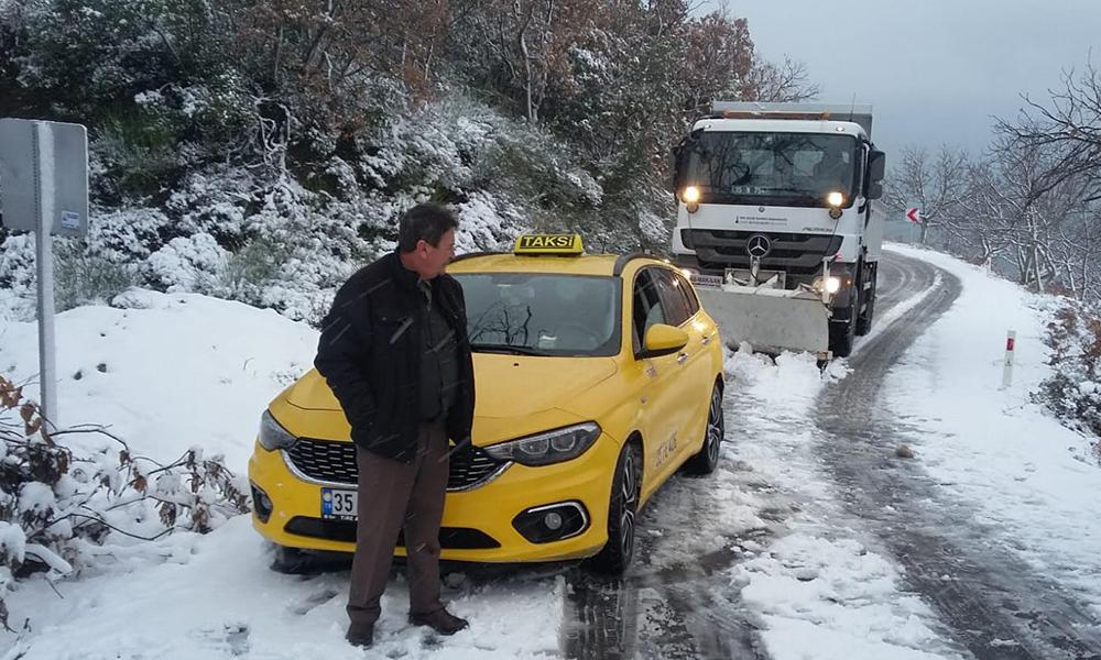 İzmir'e kar yağdı, yollar kapandı