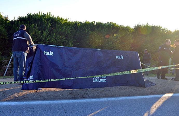 Yol kenarında, üzeri battaniyeyle örtülü erkek cesedi bulundu