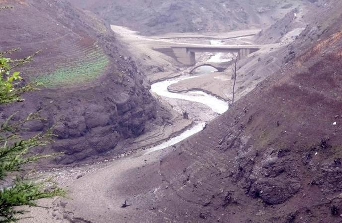 Su seviyesi yüzde 18'e düştü, köprüler ortaya çıktı