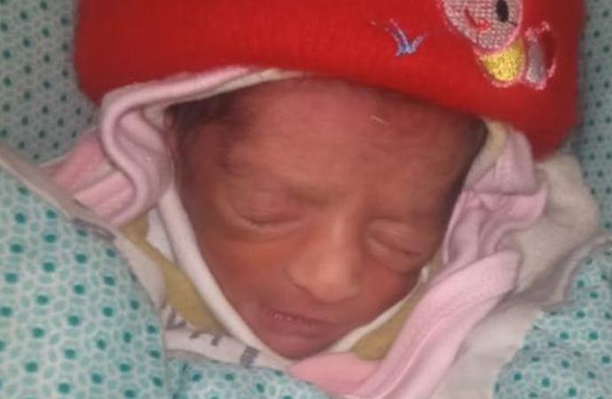 Çocuk sahibi olamayan akrabası için ikiz bebeklerden birini çaldı