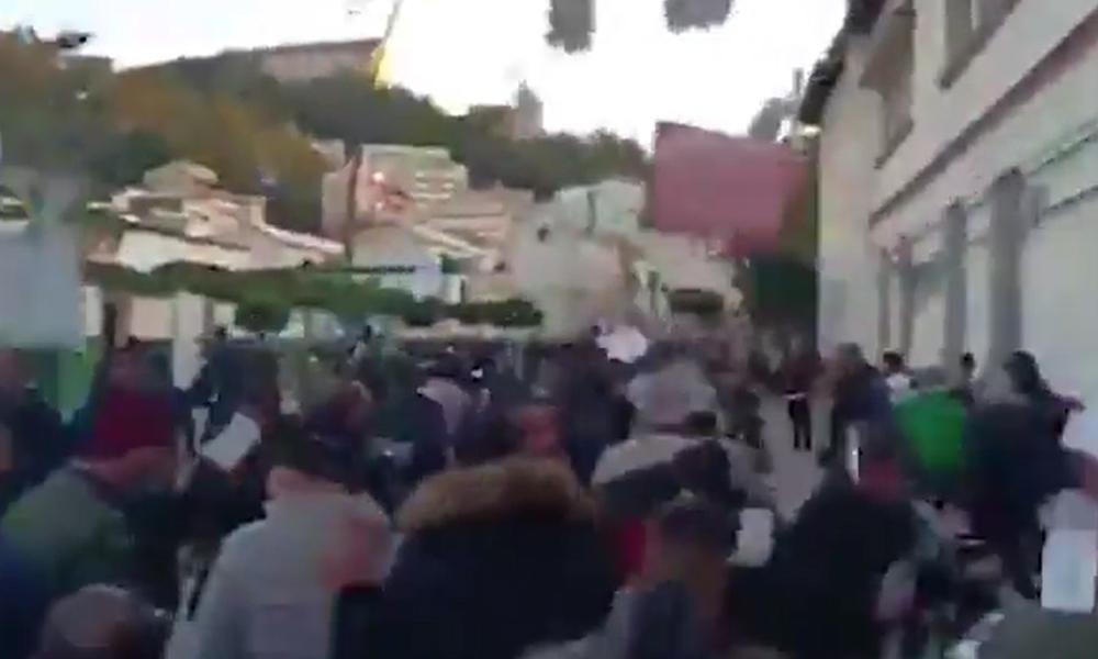 Cezayir sandık başında… Protestocular sandıkları kırdı, oylar havada uçuştu!