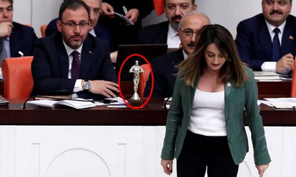 Bakan Kasapoğlu, CHP'li vekilin masasına bıraktığı ödülü görünce şaşıp kaldı