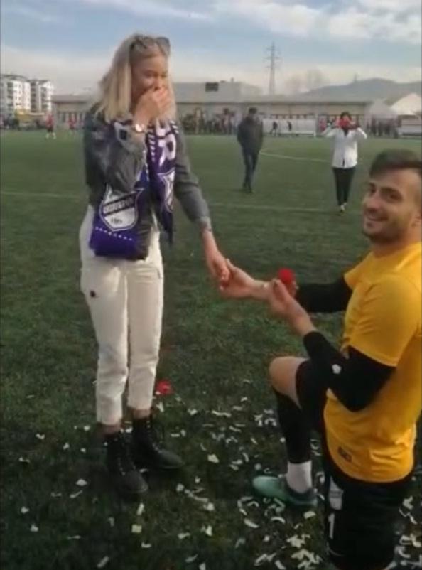 Yeşil sahada evlilik teklifi