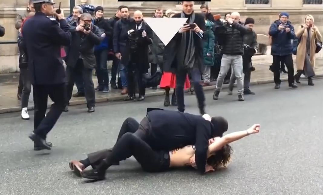 Polisten uygunsuz müdahale! FEMEN protestocusunun üstüne atladı