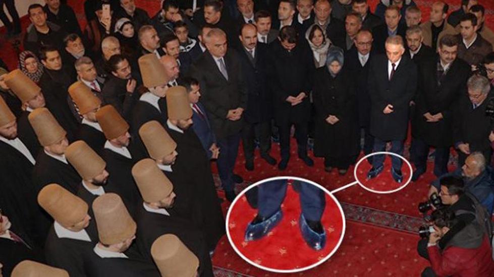 Bakanlar çoraplarıyla, Konya Valisi galoşla türbeye girdi