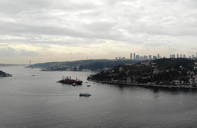Kıyıya çarpan gemi Boğaz'dan çekildi: İşte havadan görüntüleri