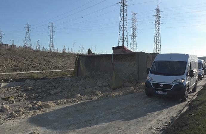 Sultangazi'de kamyon devrildi, hafriyat yola saçıldı