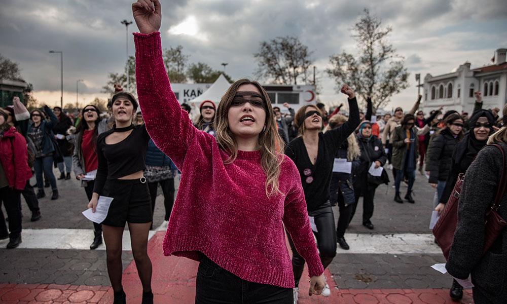 Kadıköy'de kadınların danslı protestosuna polis müdahalesi