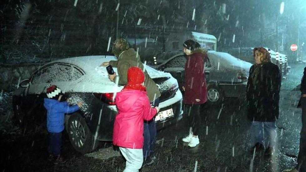 Meteoroloji uyarmıştı! İstanbul'un yanı başında kar yağışı başladı