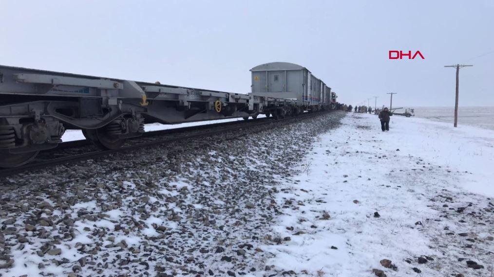 Kars'ta tren kazası! Sis nedeniyle treni göremediler