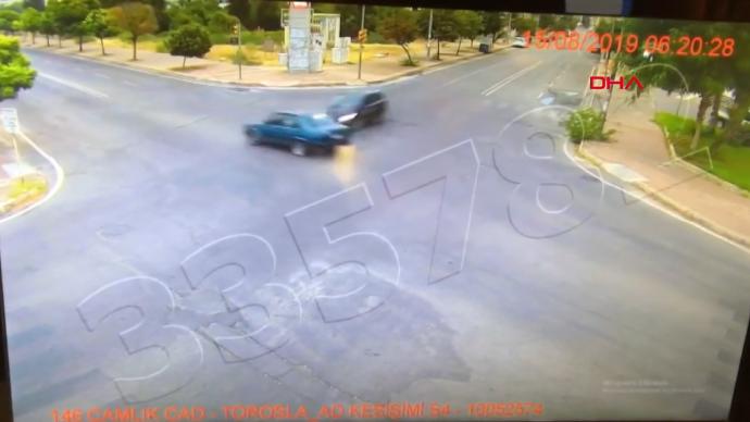Kazada araba ikiye ayrıldı, 100 metre sürüklendi ve markete çarptı: Sürücü hayatta