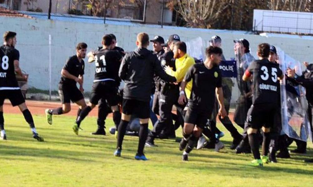 Bir maçta tam dokuz kırmızı kart! Polis sahaya indi maç tatil edildi…