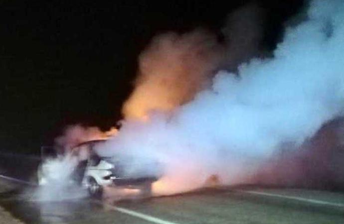 Alev alan otomobilinde yanarak can verdi