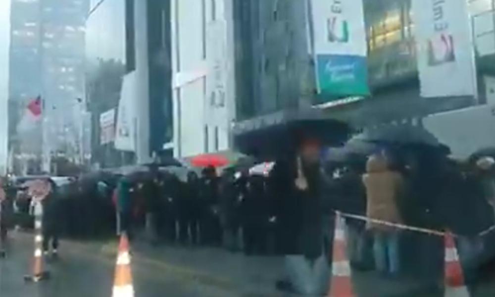 İstanbul halkının 'itirazı' yağmura ve fırtınaya aldırış etmeden devam ediyor: Uzun kuyruklar oluştu