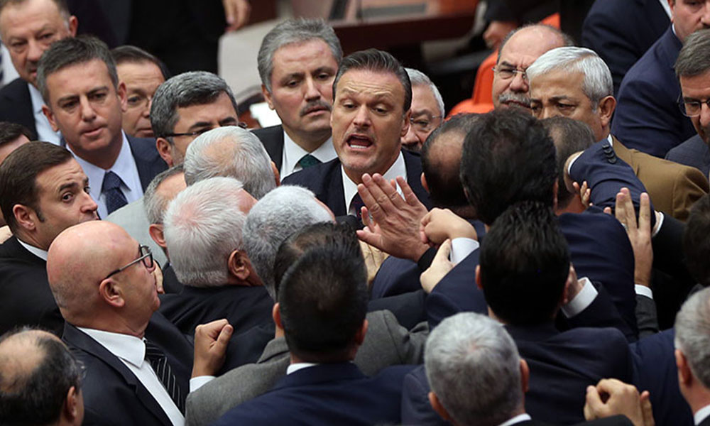 Meclis'te büyük arbede! AKP'li vekilden CHP'lilere: 'Eşek gibi anırıyorsunuz'