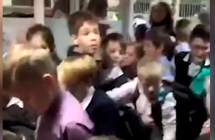 İlkokula bomba ihbarı: İzdihamda öğrenciler yaralandı