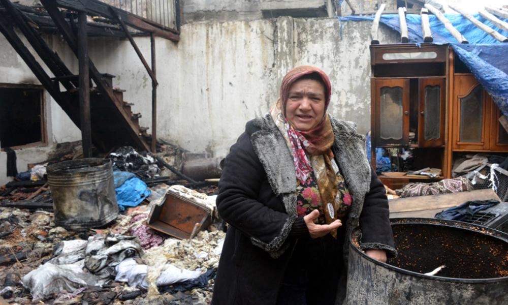 Evi yanan kadın gözyaşları içinde yardım istedi