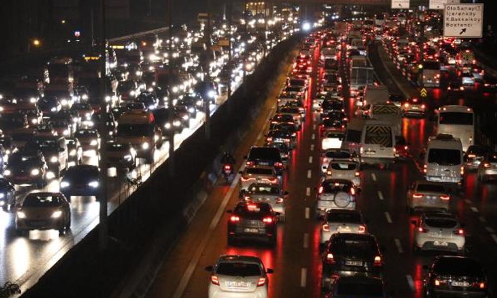İstanbul trafiğinde yağmur ve karne yoğunluğu! Trafik durma noktasına geldi