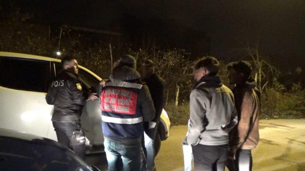 Cezaevine götürülen tutuklu, ellerinde kelepçeyle…