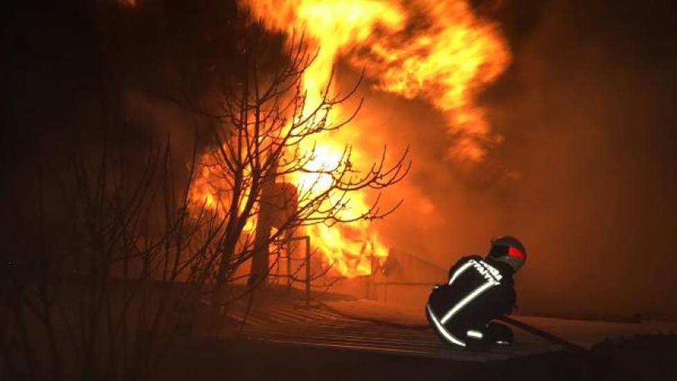 Korkutan yangın! Hurdalıkta başlayıp 2 fabrikaya sıçradı