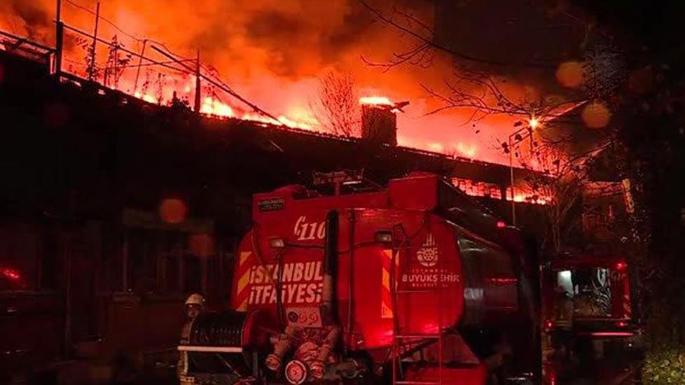 Zeytinburnu'nda iki fabrika alev alev yandı