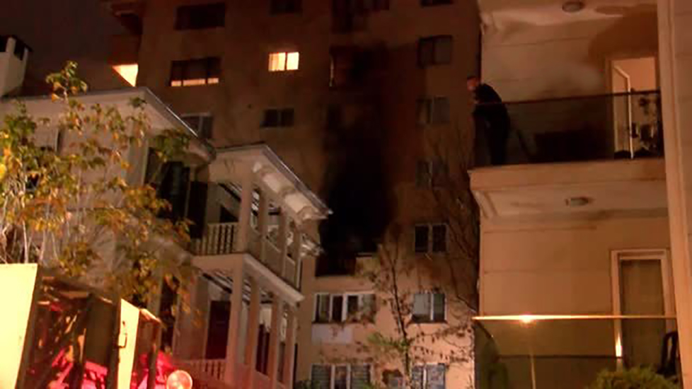 Kadıköy'de 8 katlı binada korkutan yangın