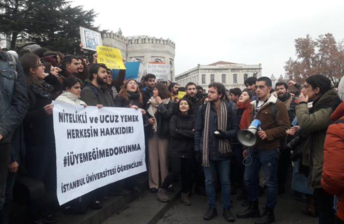 İndirimli yemek hakkı ellerinden alınan İstanbul Üniversitesi öğrencilerinden eylem