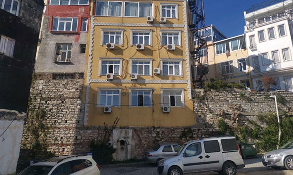 İstanbul'a böyle 'ihanet' etmişler! Tarihi surun üstüne 5 katlı otel dikmişler