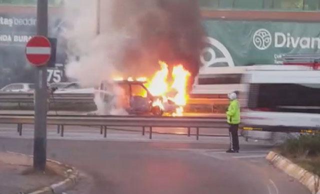 Maltepe D-100 karayolunda bir araç alev alev yandı