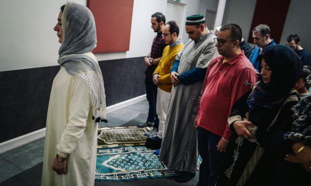 Fransa'da bir ilk! Kadın imam Bahloul cuma namazı kıldırdı