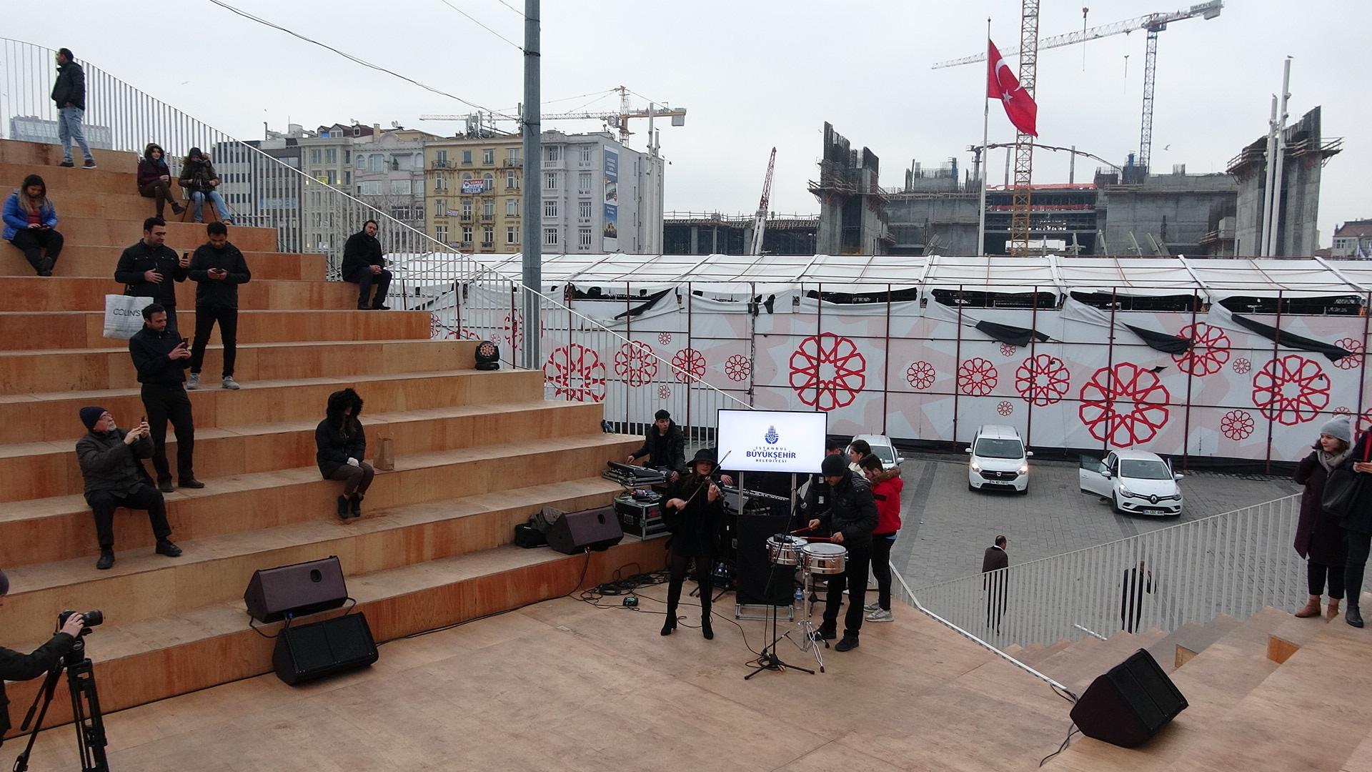 Taksim'deki gösterim çadırı sökülüyor