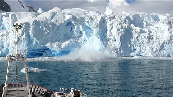 Antarktika'da dev bir kütlenin buzuldan kopma anı kameralara yansıdı!