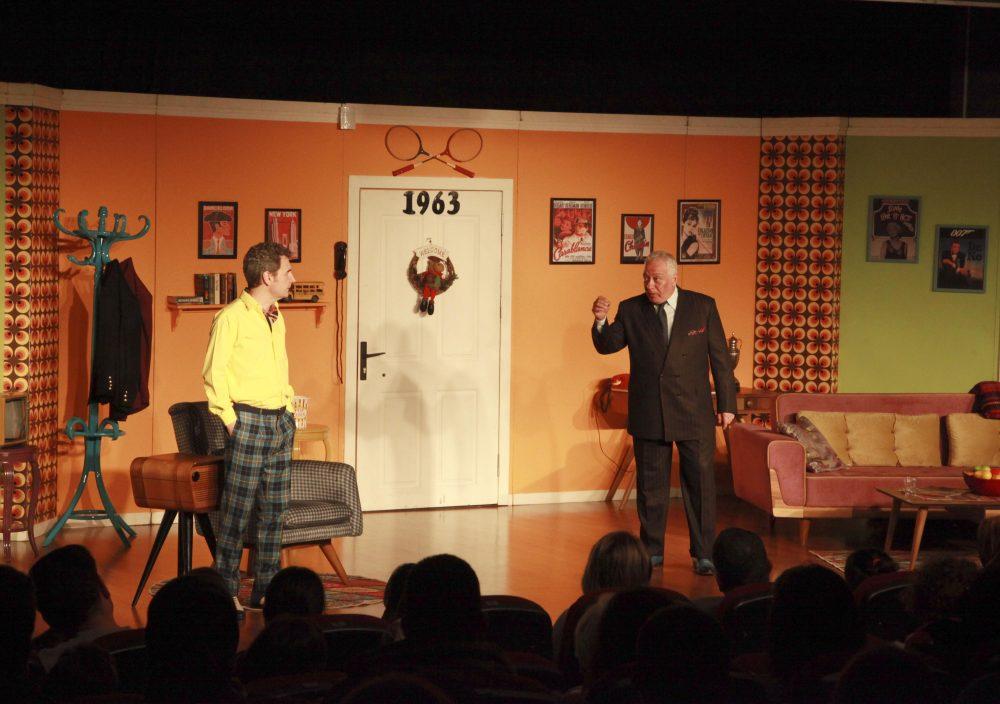 Çat Kapı adlı tiyatro oyunu izleyicileri kahkahaya boğdu