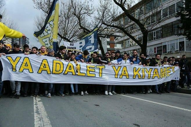 Fenerbahçe taraftarı Riva'daki TFF binasında!