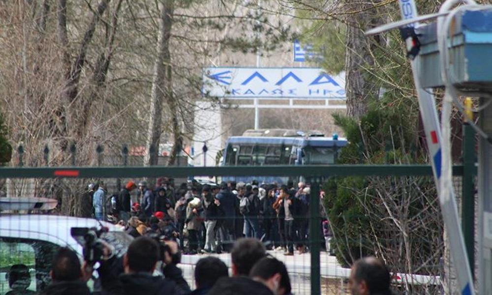 Yunanistan sınır kapısını otobüsle kapattı