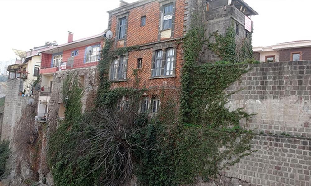 Tarih tehlike altında! Sur duvarlarına ev yaptılar…