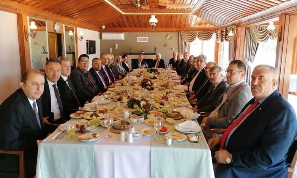 Vatandaşlar ekonomik sıkıntılarla mücadele ederken AKP'lilerden Binali Yıldırım için ziyafet sofrası!