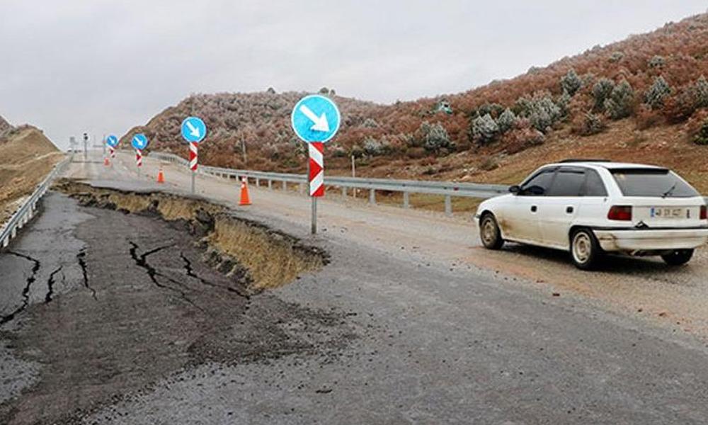 Yol çöktü, 50 metrelik çukur oluştu!