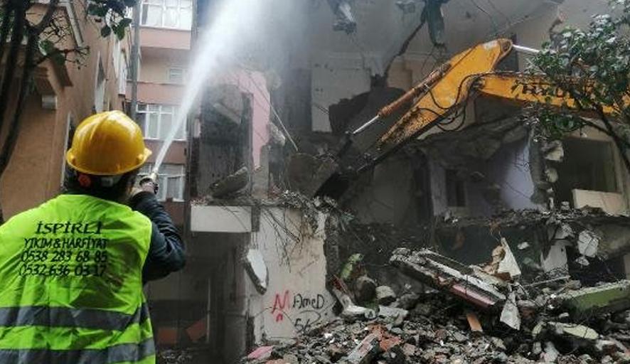 Bahçelievler'de ağır hasarlı üç bina daha yıkıldı
