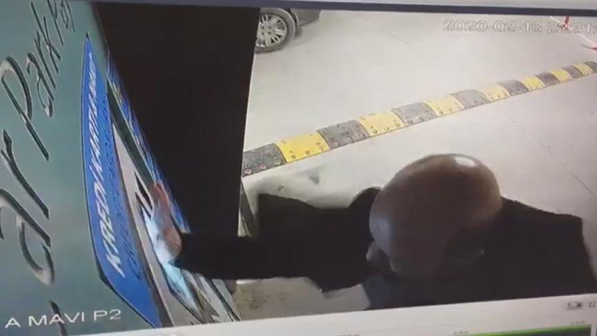 İstanbul Havalimanı'nda akılalmaz görüntüler! Cihaza tekme tokat saldırdı